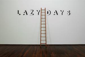 Élisabeth Ballet, Lazy Days, 2007. Échelle en bois, peinture murale, dimension variable (échelle H 315,5 cm). Vue de l'exposition « Tout En Un Plus Trois », MAC VAL 2017. © Adagp, Paris 2018. Photo © Marc Domage.