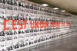 Nil Yalter, C'est un dur métier que l'exil, 1976/2012-2019.  Affiches dos-bleu réalisées à partir de photographies numériques, dimensions variables. Vue de l'exposition « TRANS/HUMANCE », MAC VAL 2019. Photo © Margot Montigny.