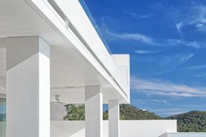 Villa Privée à Ibiza, Espagne. Façade extérieure, pourtour de piscine, mur d'enceinte, salles de bain, plinthes, piliers de terrasse, cadres extérieurs des portes et fenêtres en AVONITE® Snowfall. Architecte : Laurence Sonck. Fabricant : M2 Ibiza Con
