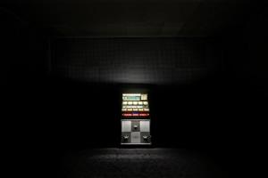 Brognon Rollin, 24H Silence (157 min/1440 min), depuis 2020. Jukebox Seeburg AY 160 (1961), 80 vinyles. Production MAC VAL. Vue de l'exposition « L'avant-dernière version de la réalité », MAC VAL 2020. Photo © Aurélien Mole.